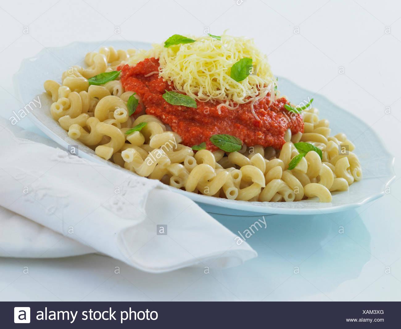 Wendungen der Nudeln mit Paprika und Mandeln Stockbild