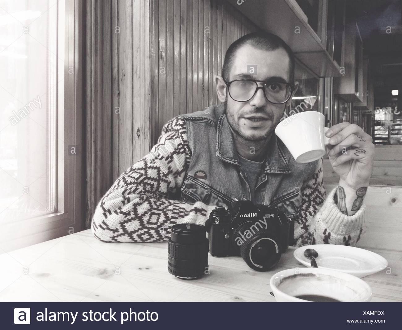 Porträt eines jungen Mannes, Tee trinken Stockbild