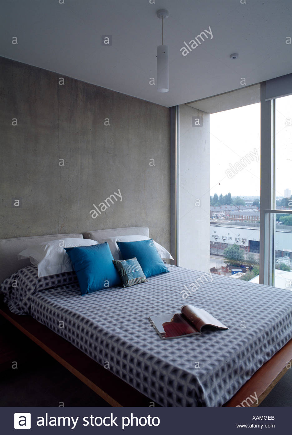 moderne plattform bett vor bildfenster in einem penthouse apartment