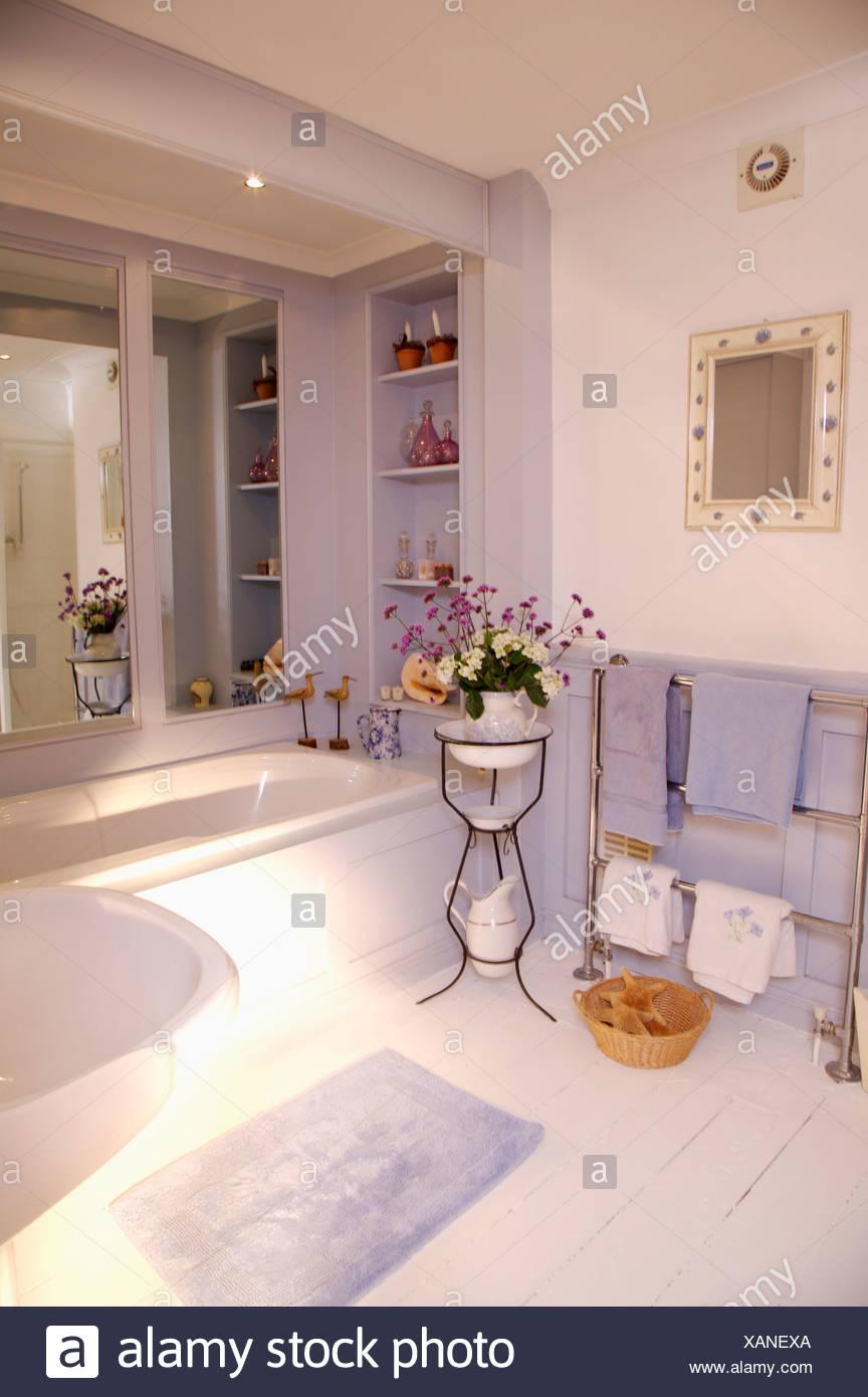 Blumen in alten französischen Waschtisch im Badezimmer mit Spiegel ...