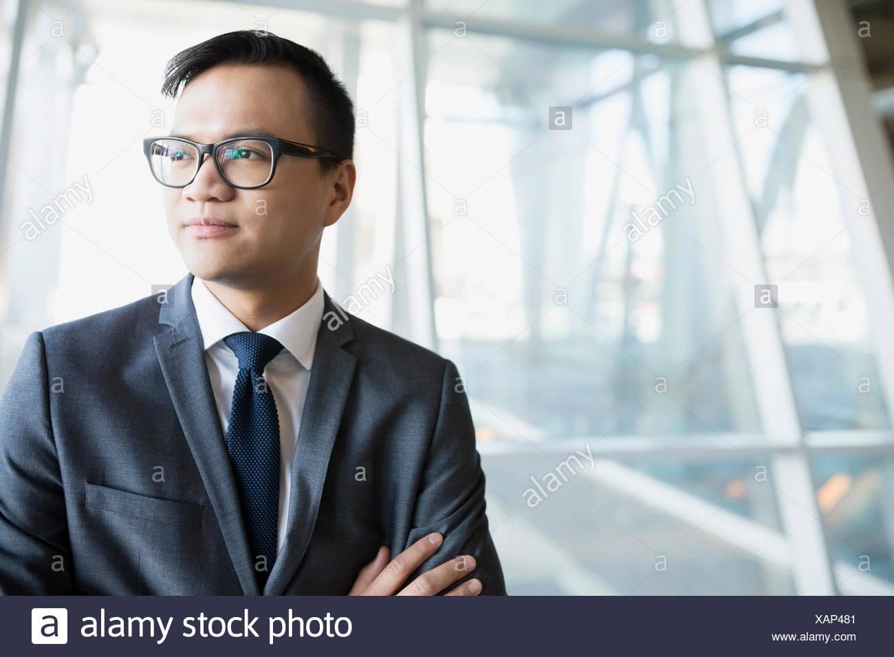 Nachdenklich Geschäftsmann im Anzug wegschauen Stockbild