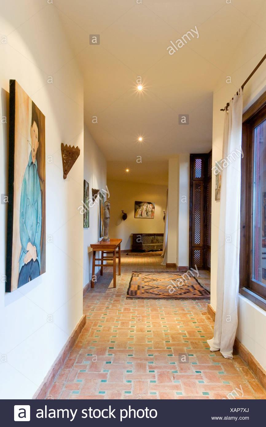 Weisse Vorhange Und Terrakotta Geflieste Boden Im Flur In Modernen