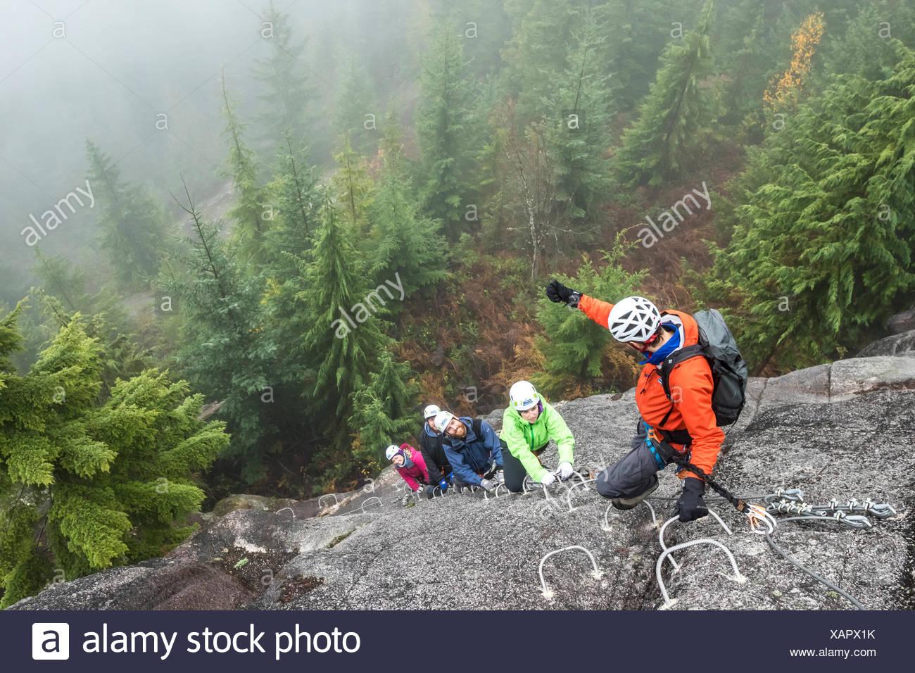 Klettersteig Chateau Queyras : Men climbing via ferrata stockfotos &