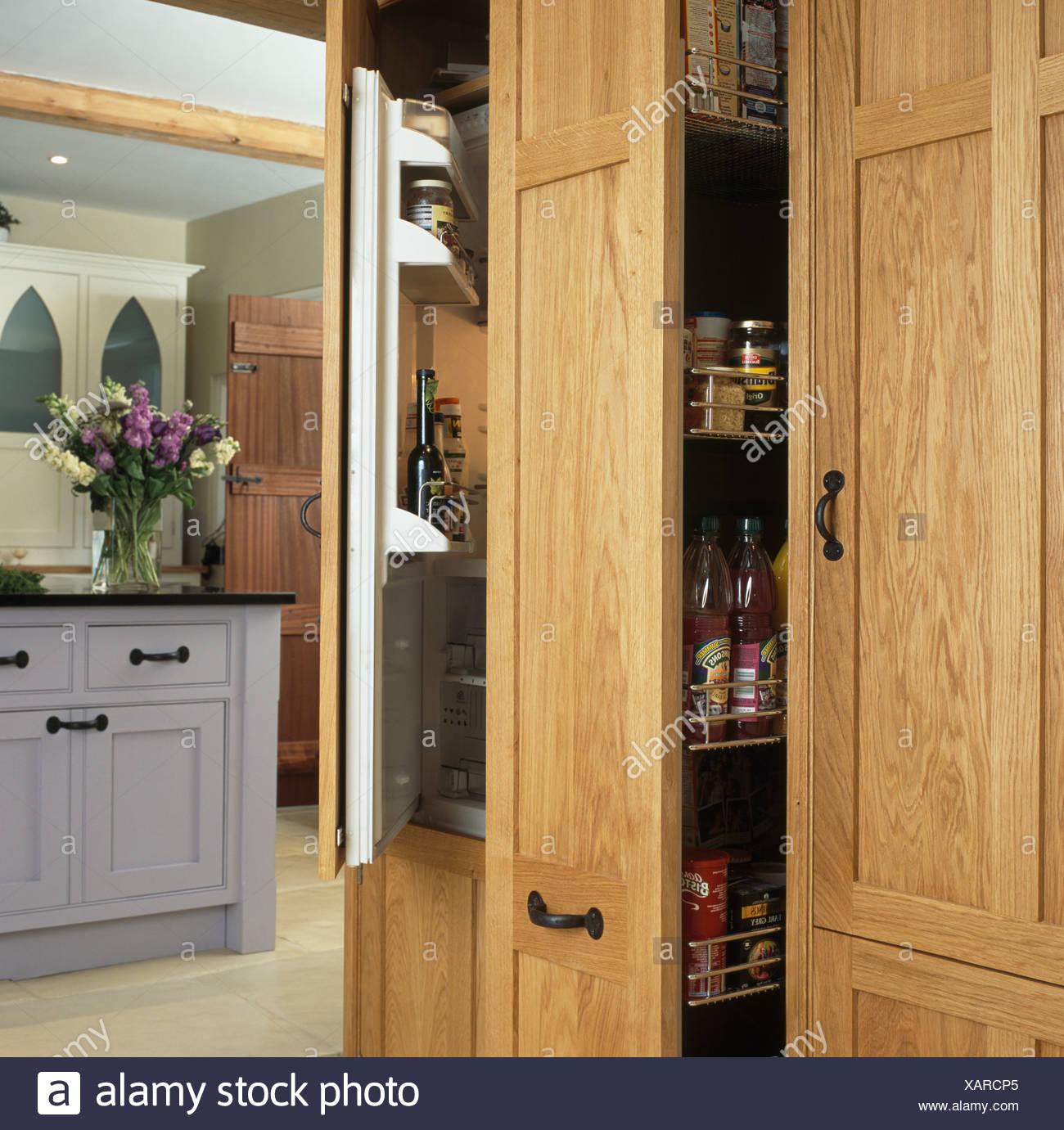 Vorratsschrank Schrank neben Kühlschrank mit halb offenen Tür in ...