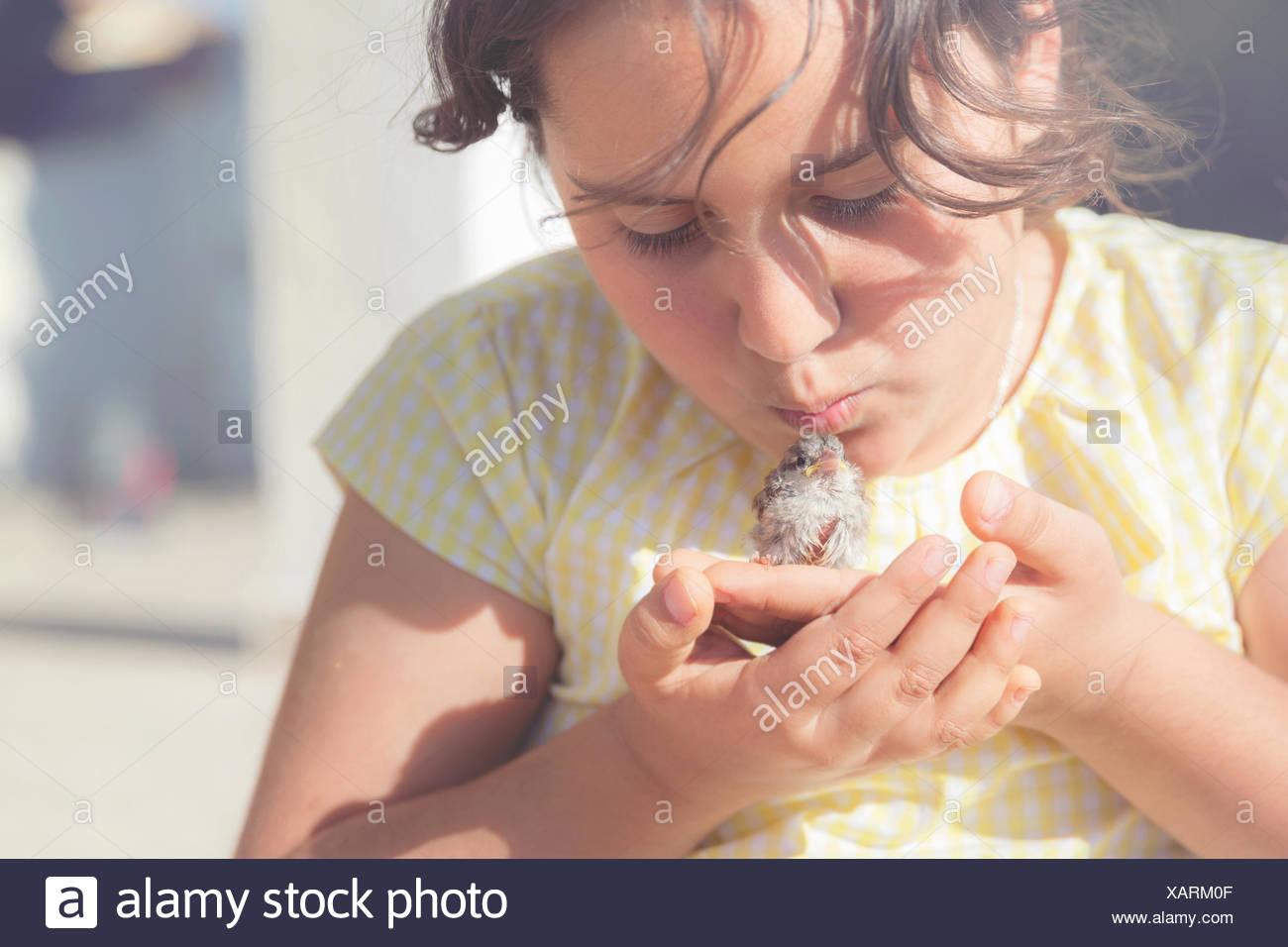 Mädchen küssen Vogel Stockfoto