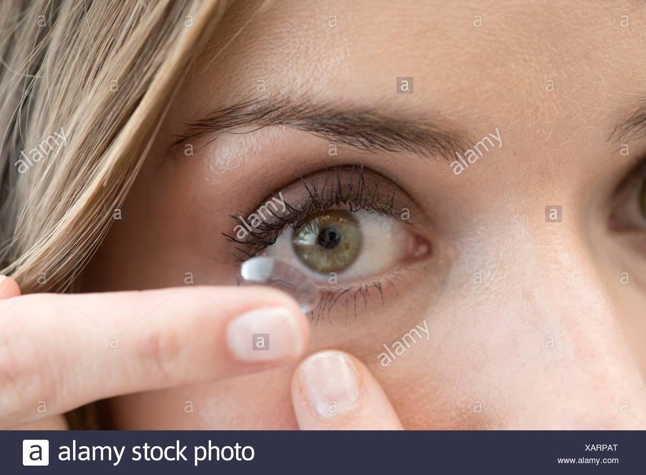 Mitte Erwachsene Frau Kontaktlinsen ins Auge. Stockbild