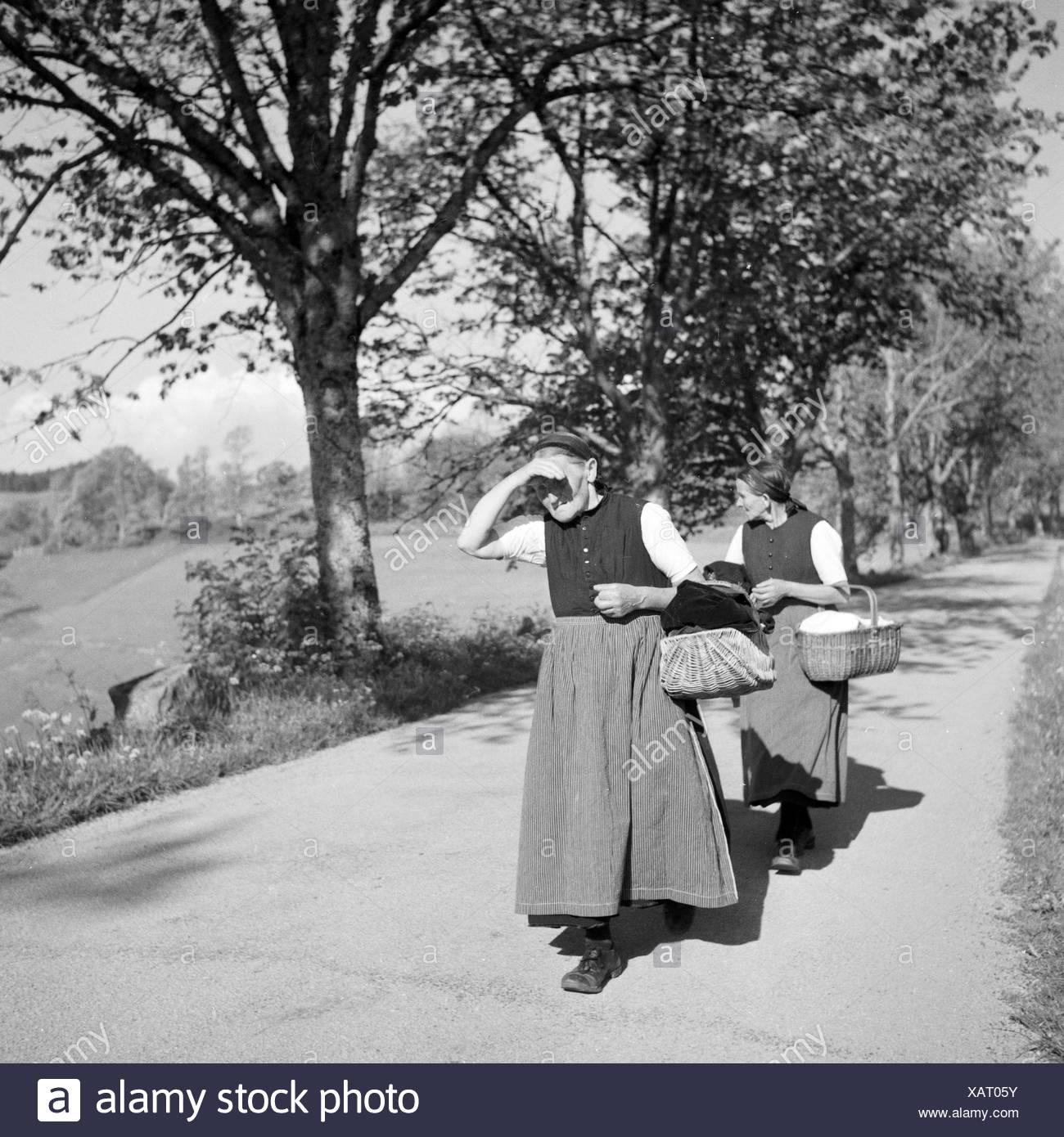 Frauen Auf Dem Weg Zum Markt Im Schwarzwald, Deutschland, 1930er Jahre. Frauen auf dem Weg zum Markt, Deutschland der 1930er Jahre. Stockbild