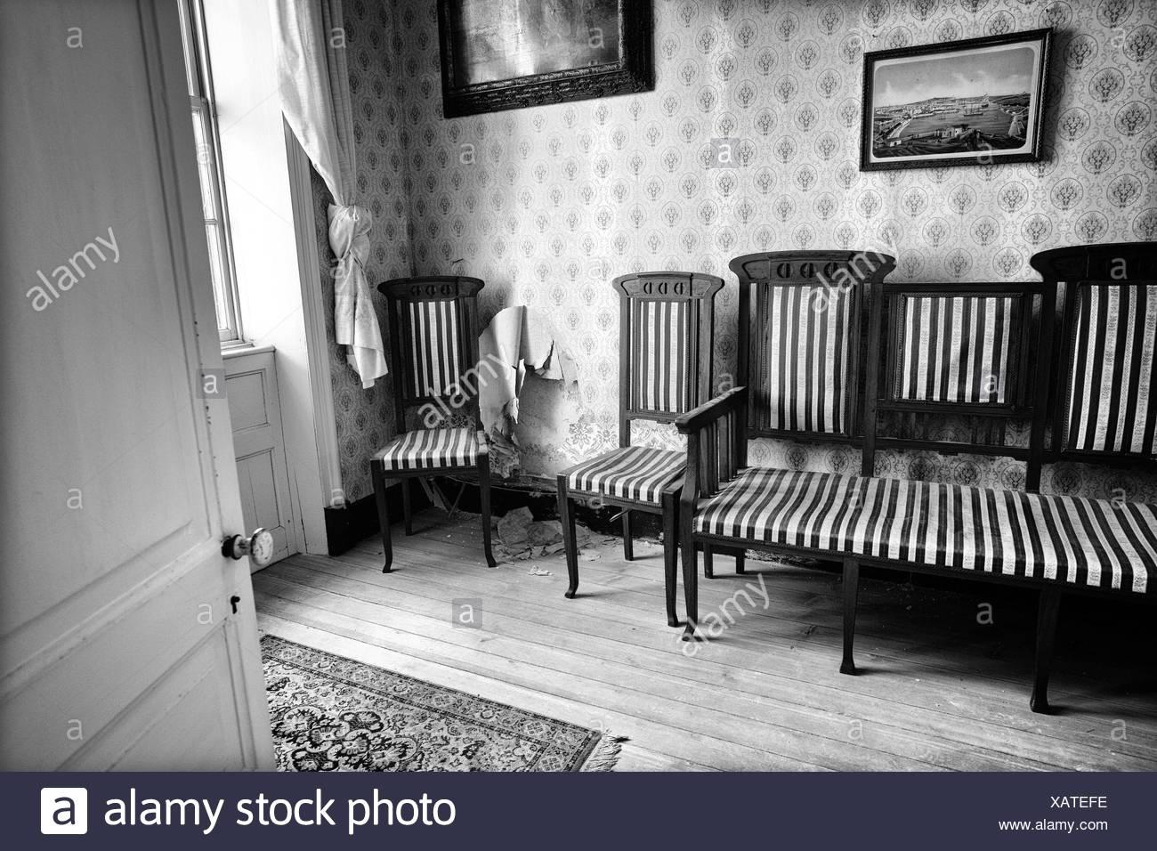 Stühle An Die Wand Hängen wohnzimmer mit einer vintage floral tapete in der wand zwei bilder