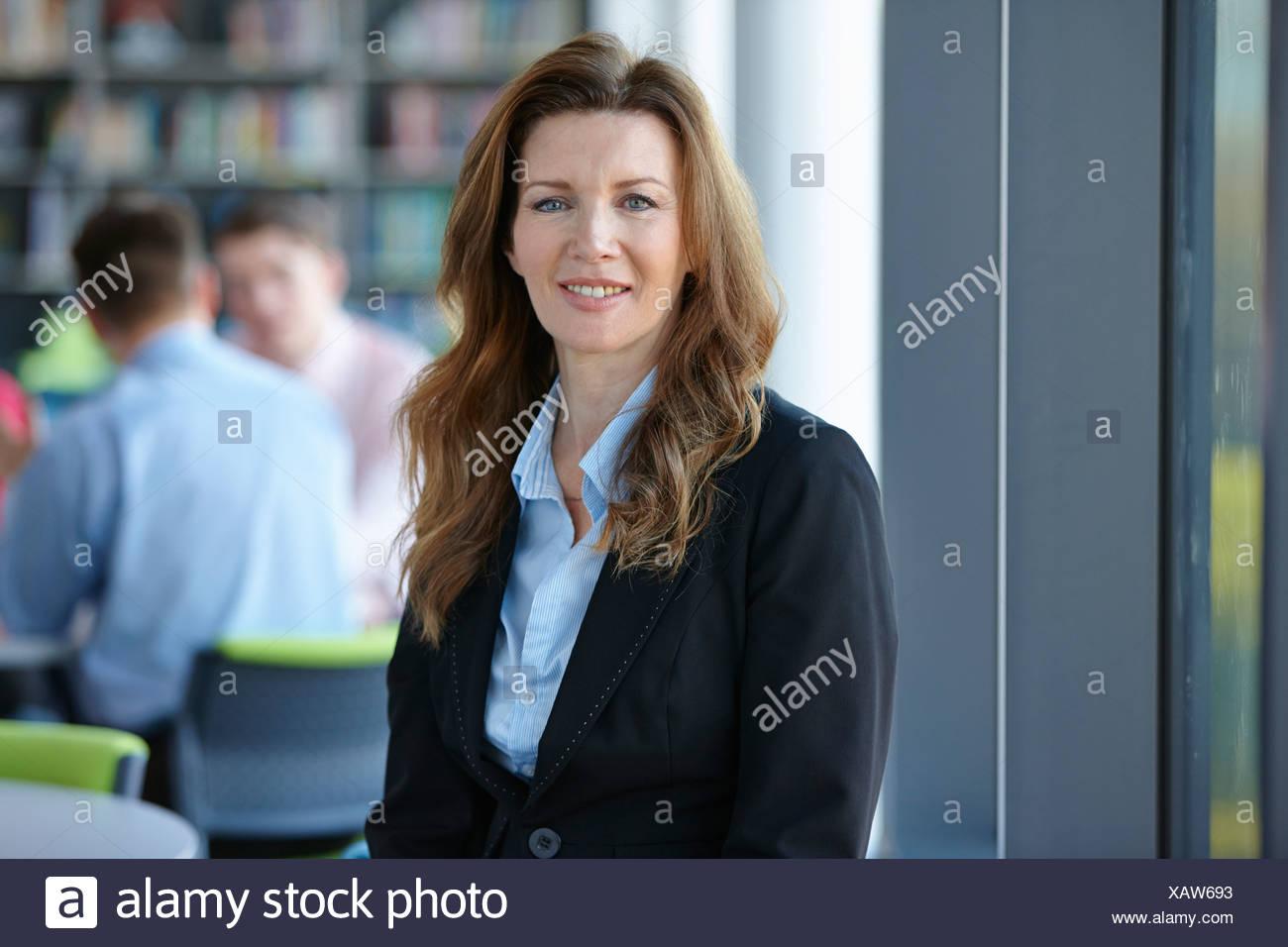 Porträt von Reife Geschäftsfrau mit langen Haaren Stockbild