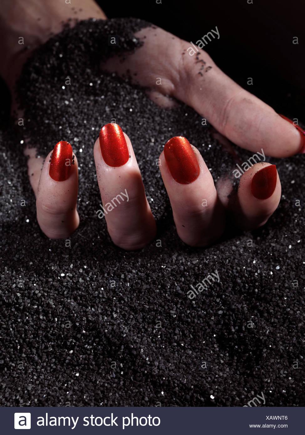 Black Fingernail Polish Stockfotos & Black Fingernail Polish Bilder ...
