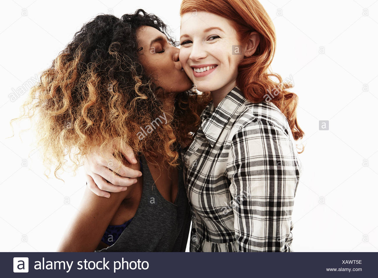 Studio-Porträt von zwei junge Erwachsene Frauen Freunde Stockbild