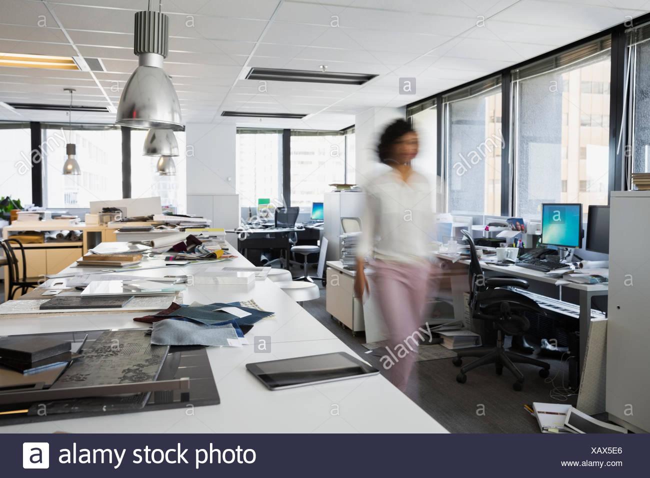 Bewegungsunschärfe Designer gehen im Büro Stockfoto, Bild: 282087518 ...
