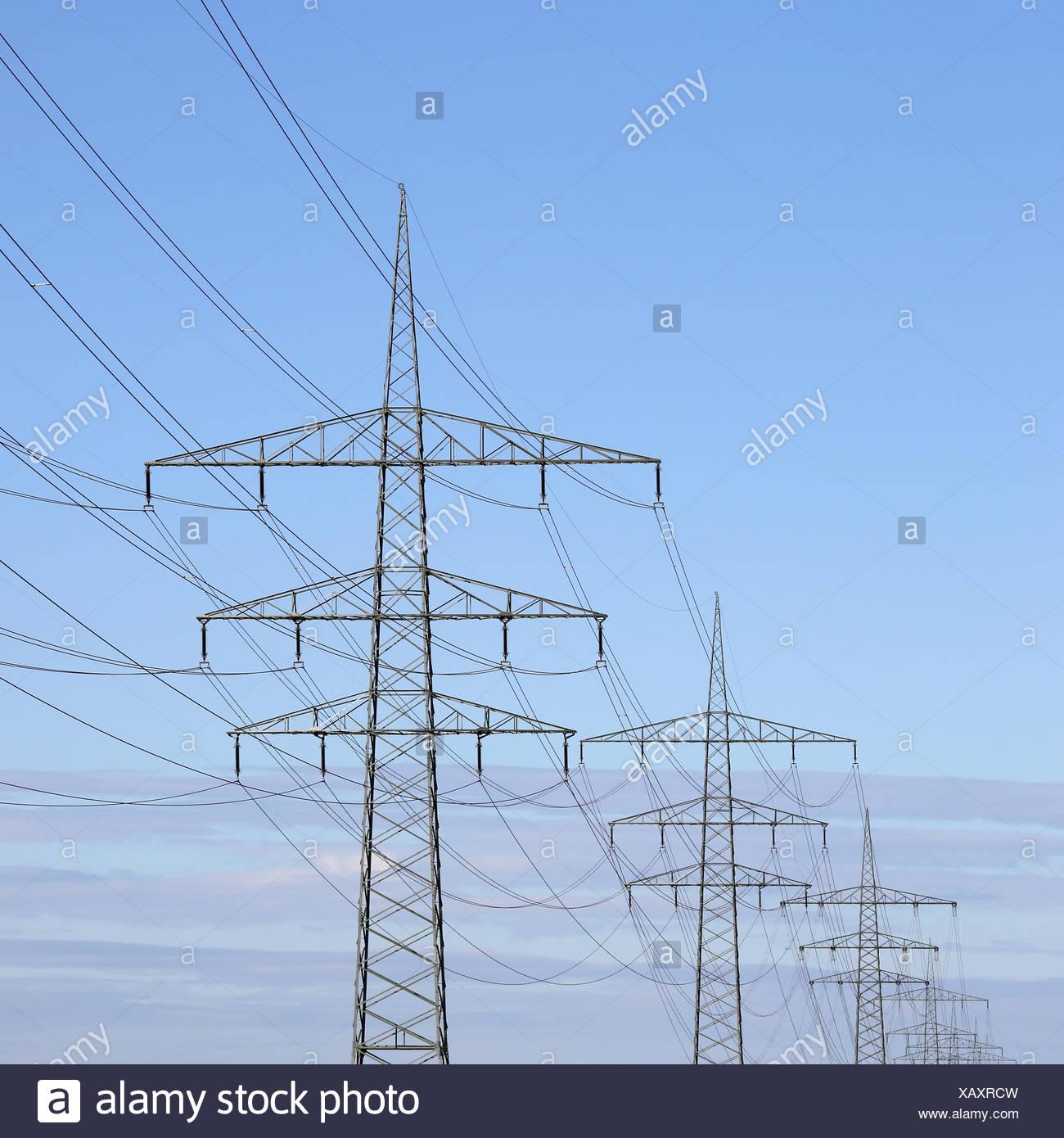 Strommasten Vor Blauem Himmel Thema Energie Und Strom Stockbild