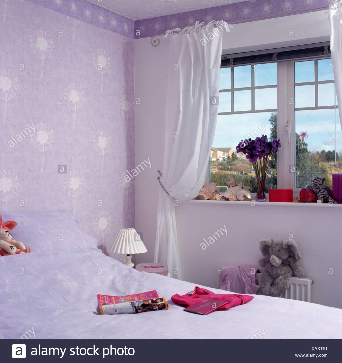 weiße vorhänge am fenster in kleinen wirtschaft-stil kinderzimmer