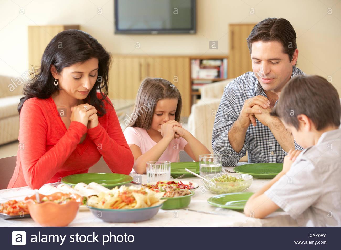 junge spanische familie beten vor dem essen zu hause stockfoto bild 282105599 alamy. Black Bedroom Furniture Sets. Home Design Ideas