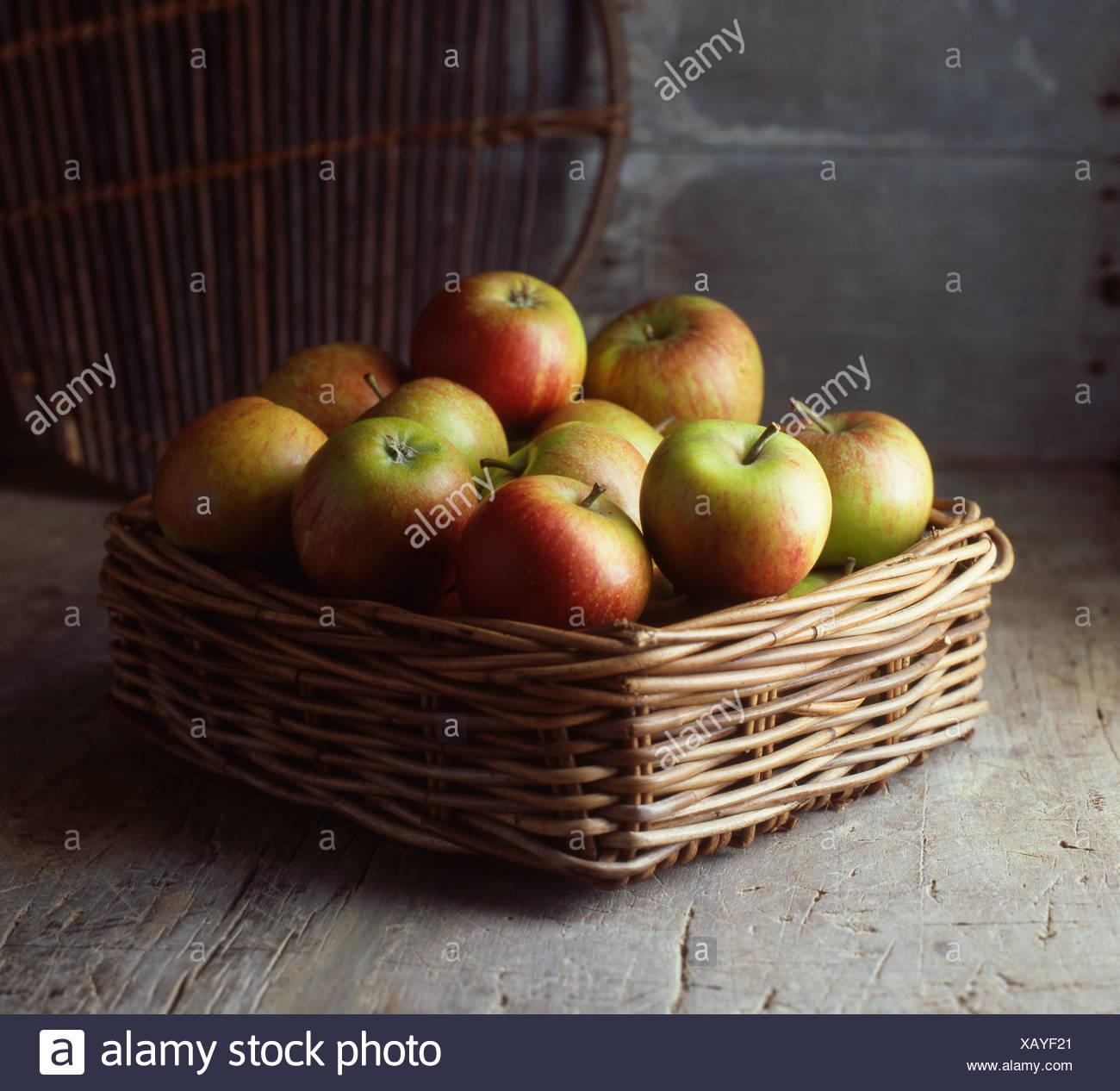 Apfelkorb Erdgeschoss Stockbild