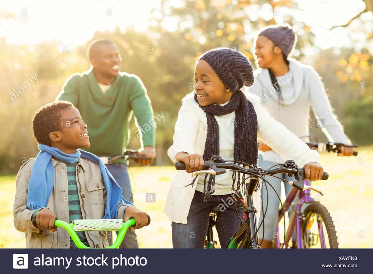 Young Lächeln Familie machen eine Fahrradtour Stockbild