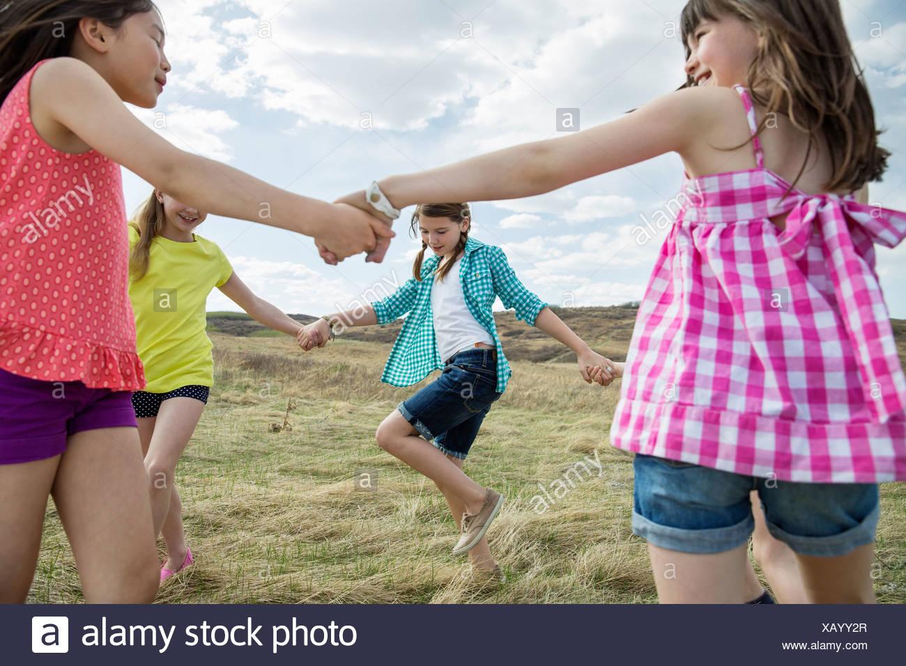 Mädchen spielen Ring um rosy Stockbild