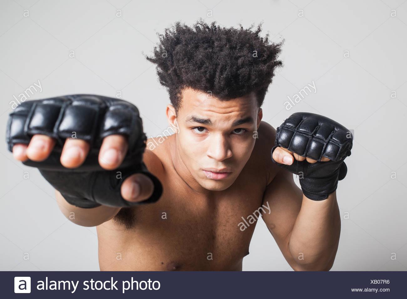 junger Mann Boxen Stockbild