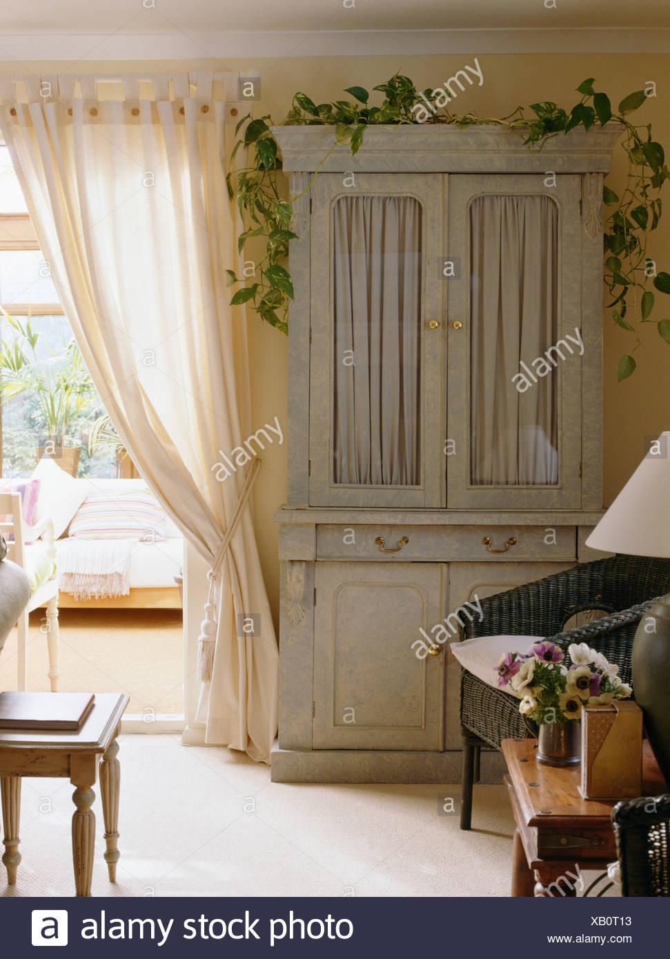 Creme Land Wohnzimmer Mit Pastell Grun Bemalten Schrank Neben
