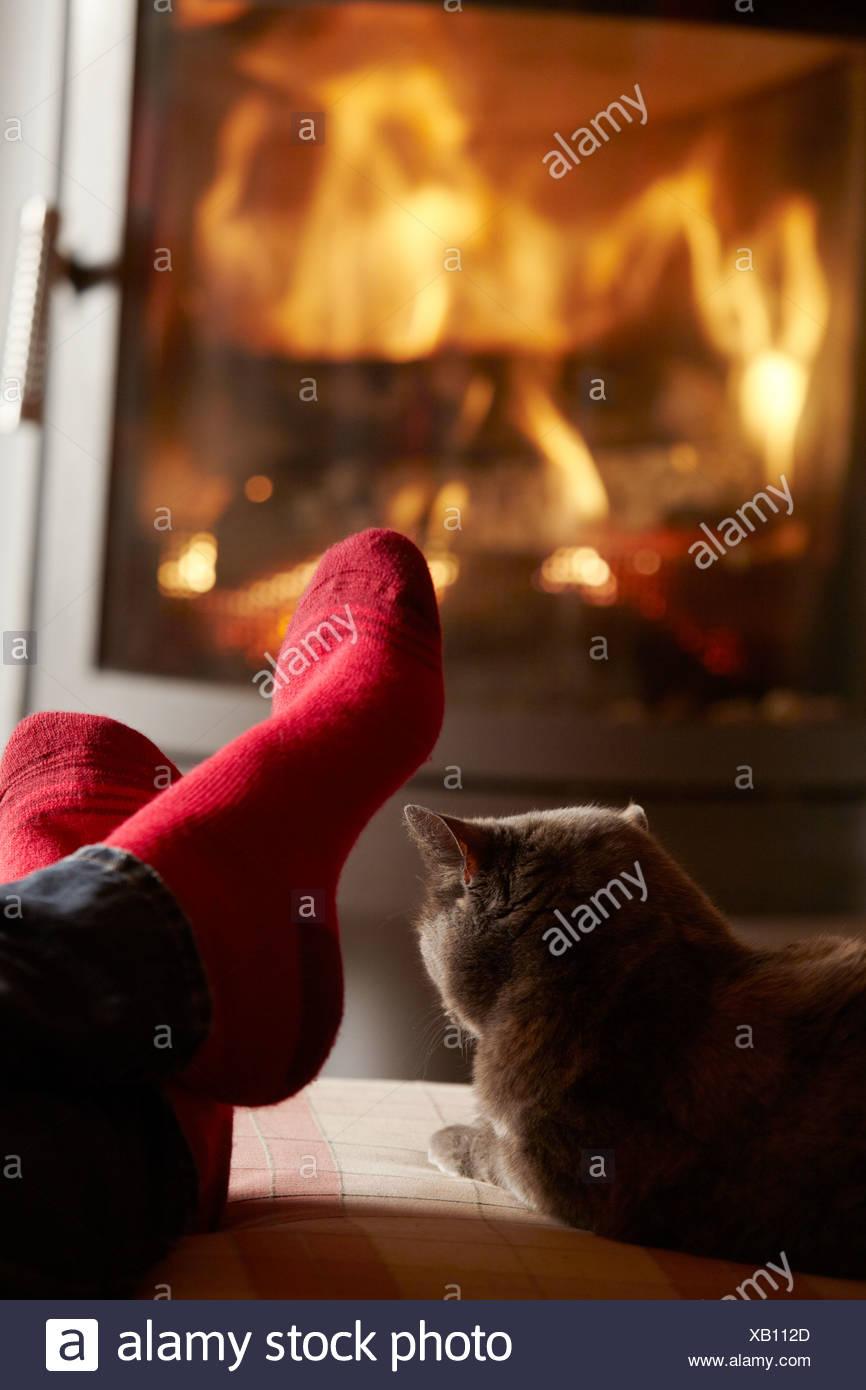 Nahaufnahme von Mans Füße entspannenden gemütlichen