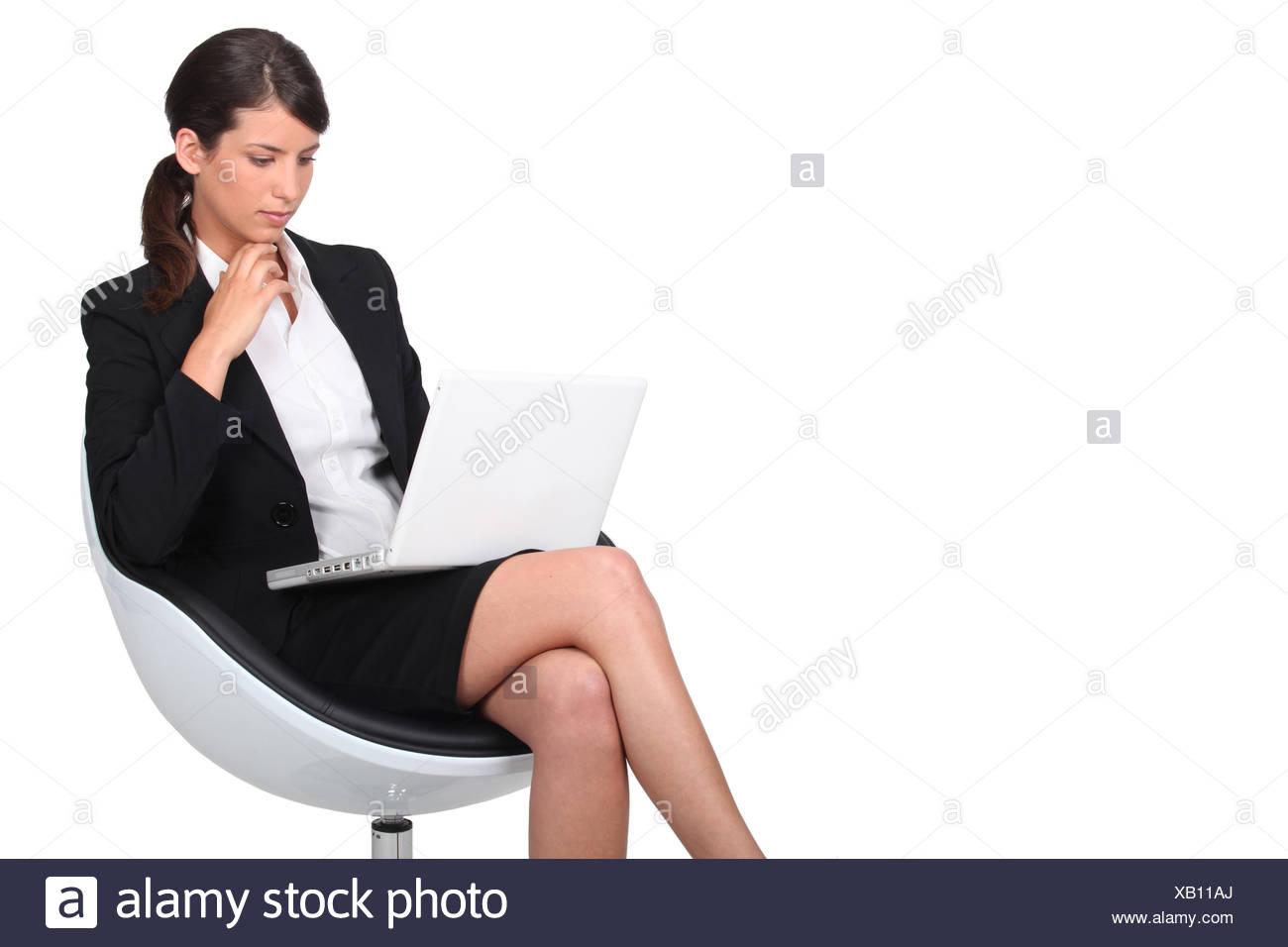 Zwei reife Frauen im Büro