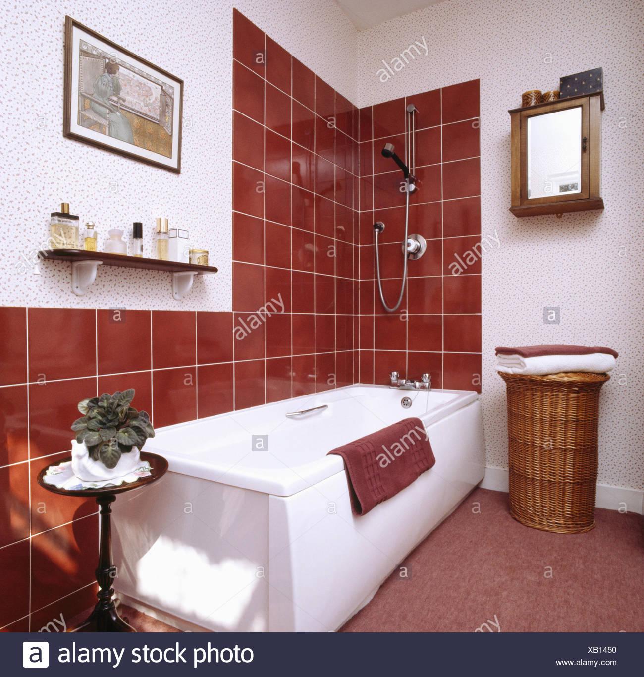 Braune Fliesen über Bad im 80er Jahre Bad vor der ...
