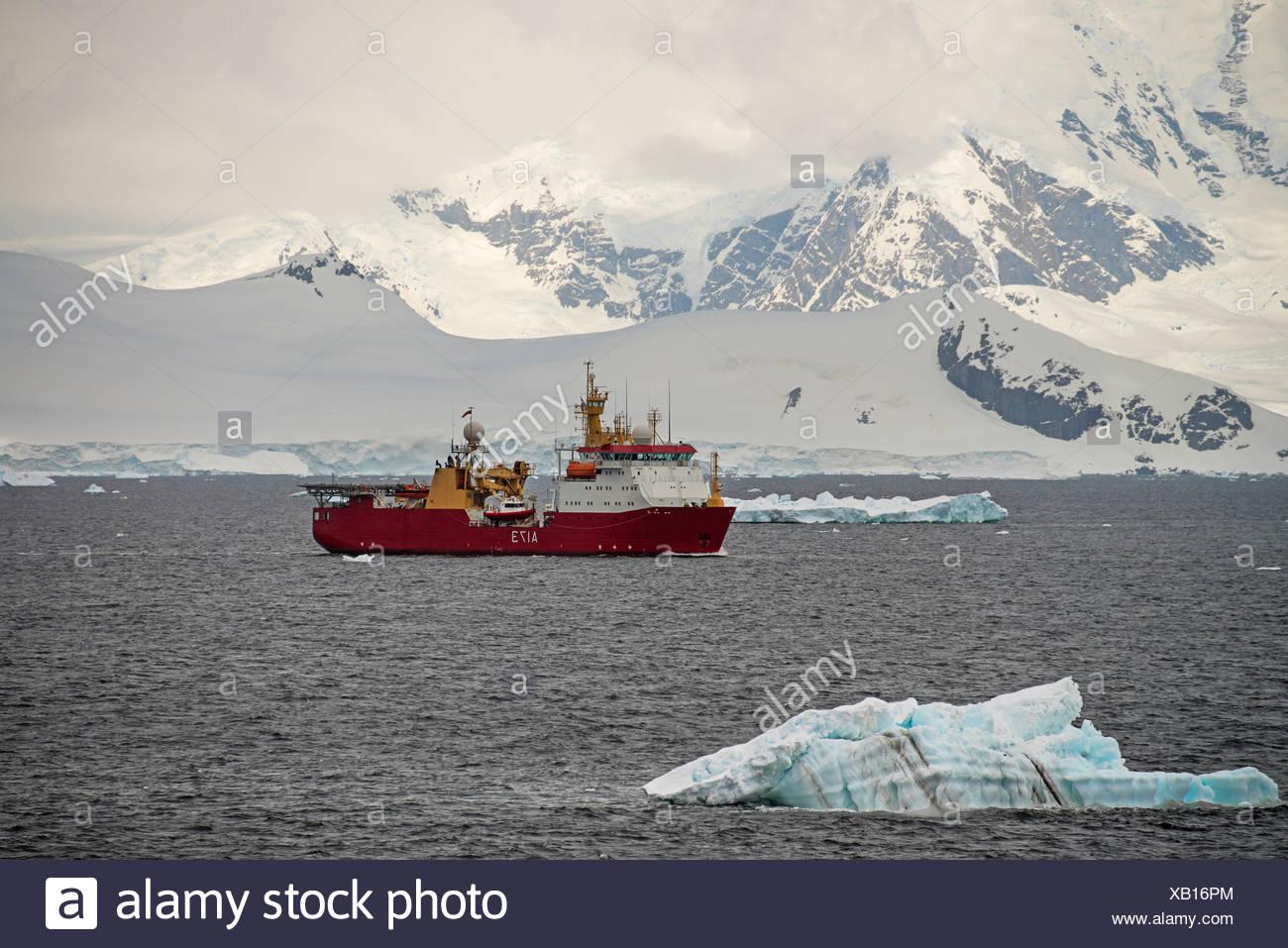 Eine wissenschaftliche Studie Forschungsschiff auf dem Wasser vor der Küste in der Antarktis. Stockbild