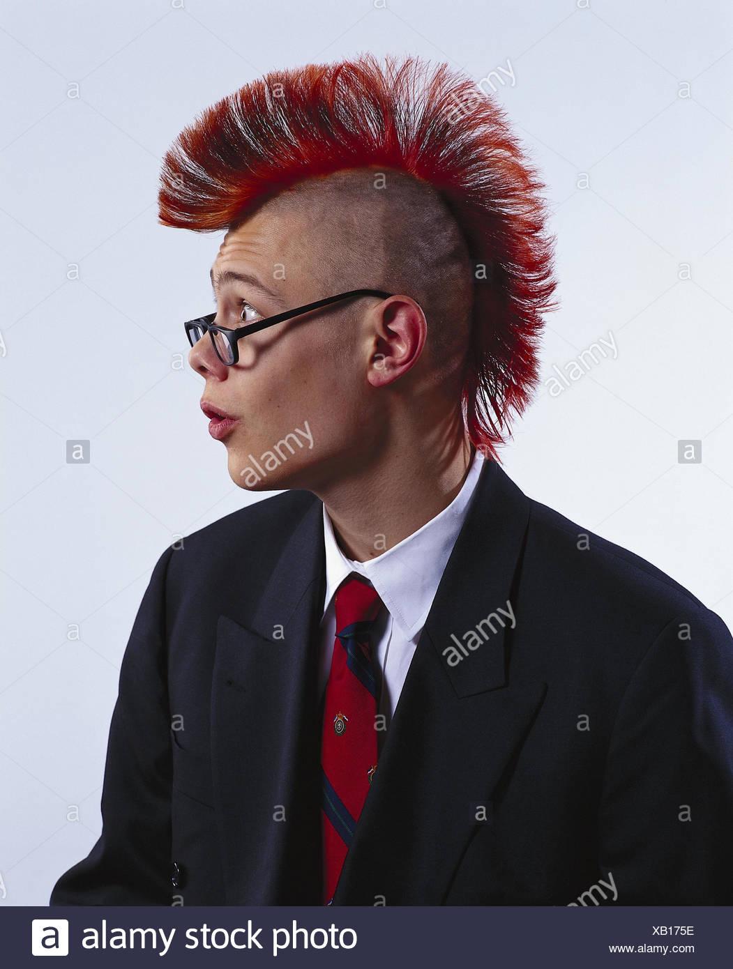 Mann Junge Anzug Krawatte Punk Frisur Brille