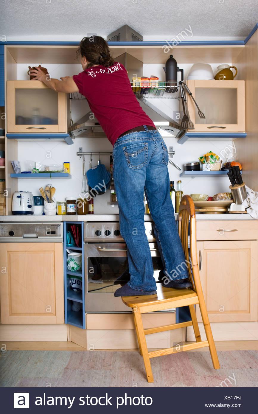 Unfallgefahren In Der Küche | Unfallen Im Haushalt Madchen Auf Einem Stuhl In Der Kuche Kippen