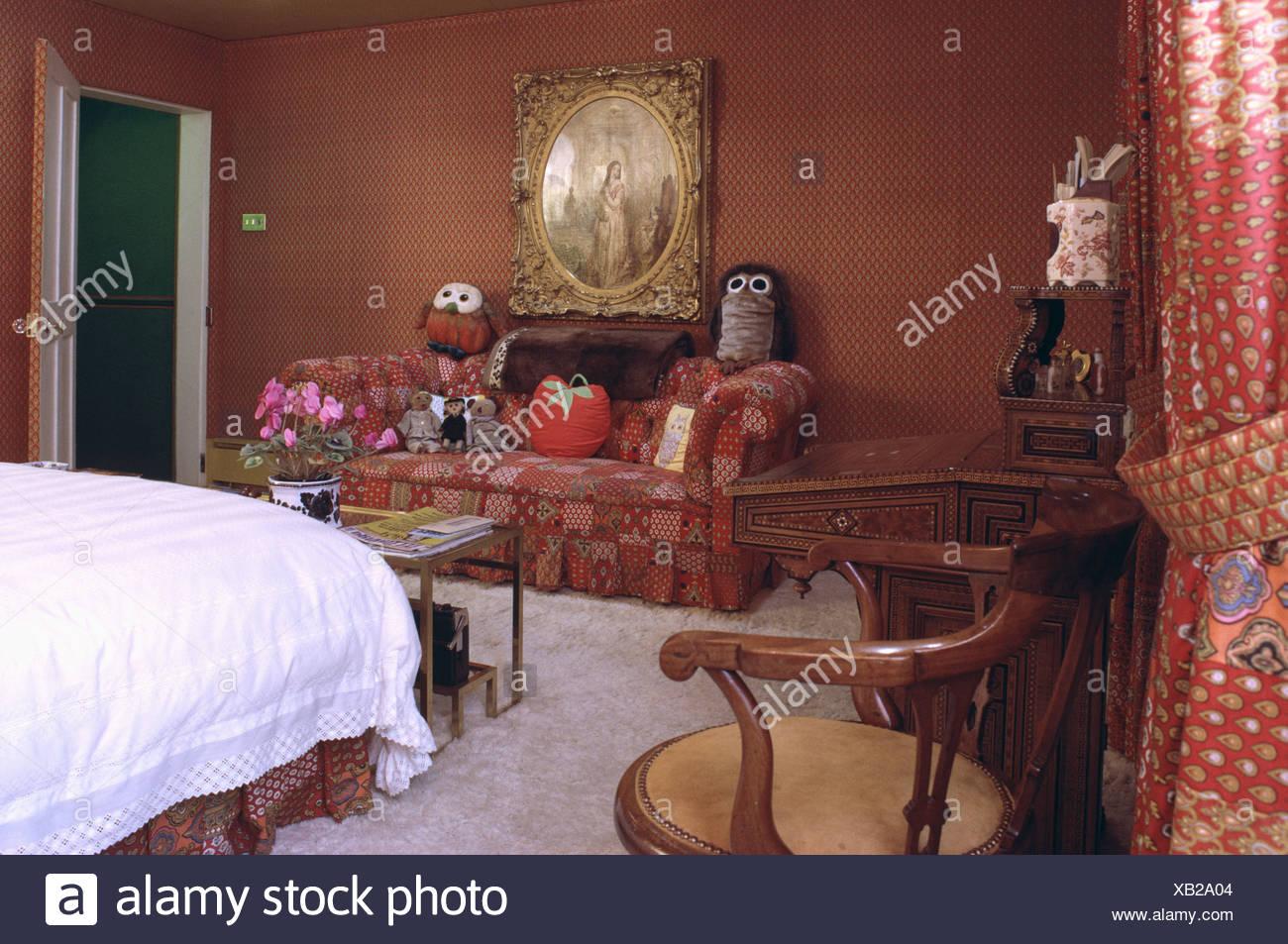 Sofa in siebziger Jahre Schlafzimmer mit Terrakotta Farbe Wände und ...