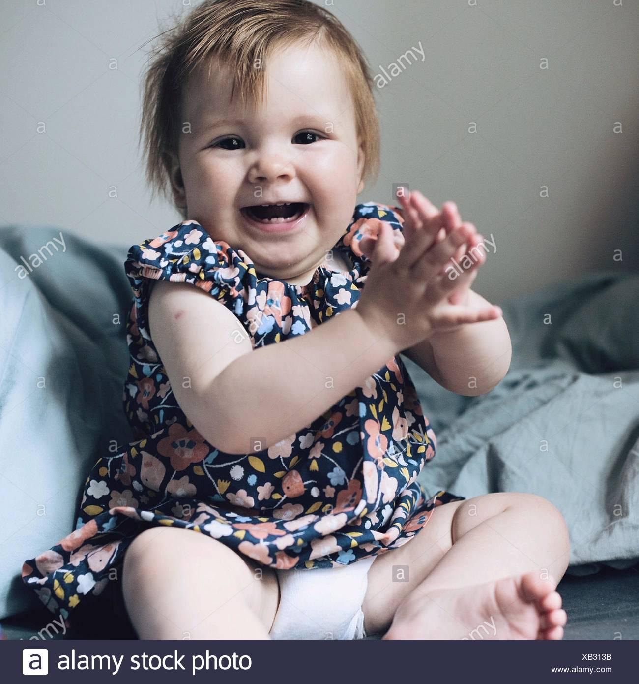 Babymädchen lachen Stockbild