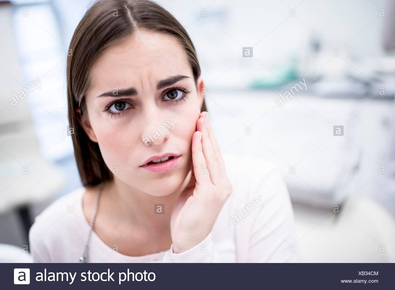 -MODELL VERÖFFENTLICHT. Junge Frau leidet Zahnschmerzen, Porträt. Stockbild