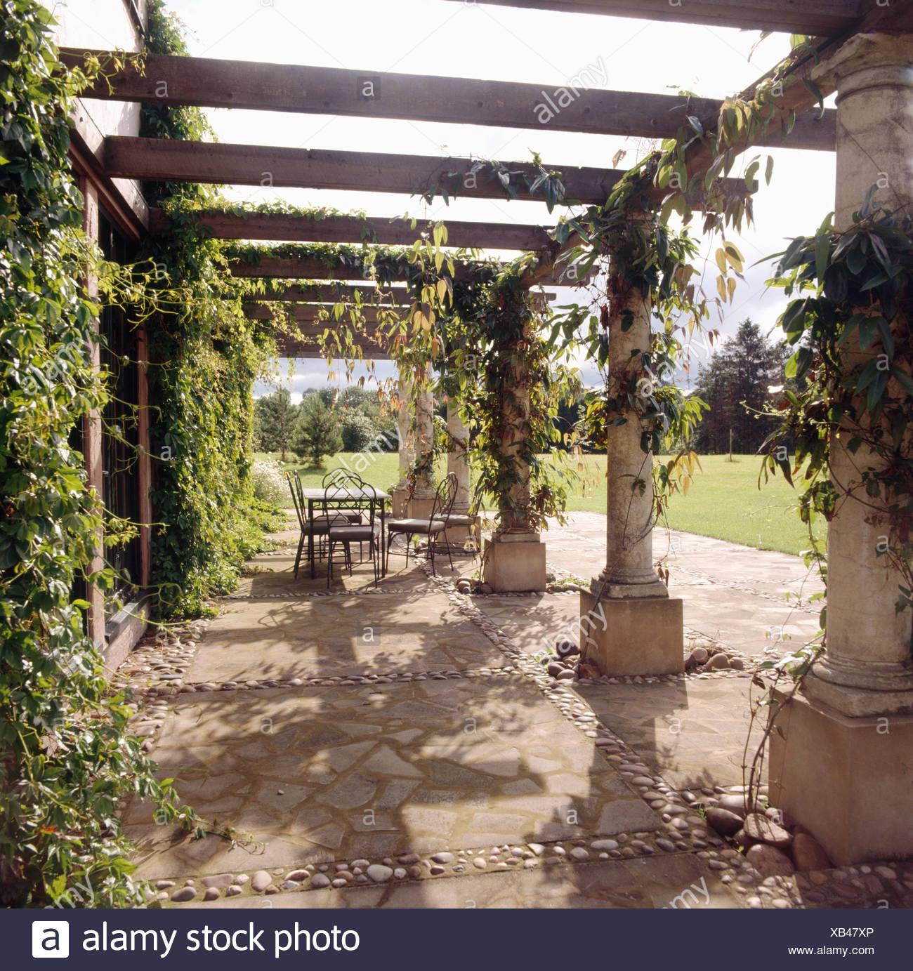 Stein und holz pergola oben gepflasterte terrasse mit for Gartendeko aus stein und metall