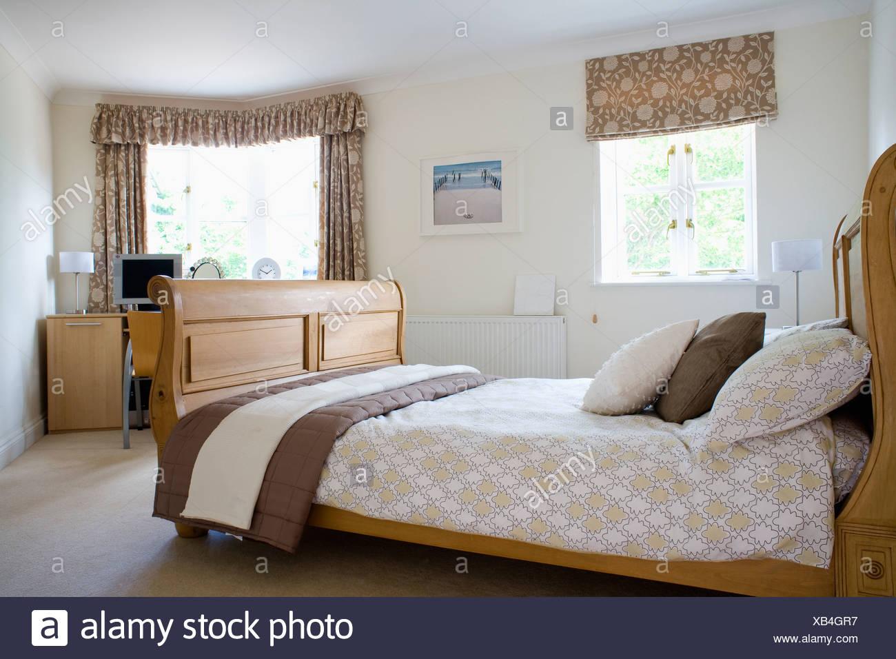 Gemusterte Braun + Creme Blind Und Passende Vorhänge An Fenstern In  Modernen Schlafzimmer Mit Gemusterten Beige Bettwäsche Auf Holzrahmen Bett