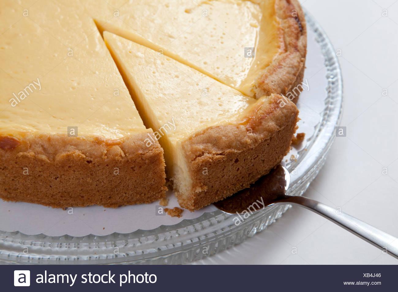 Käsekuchen Auf Einer Glasplatte, Stück Kuchen Auf Tortenheber