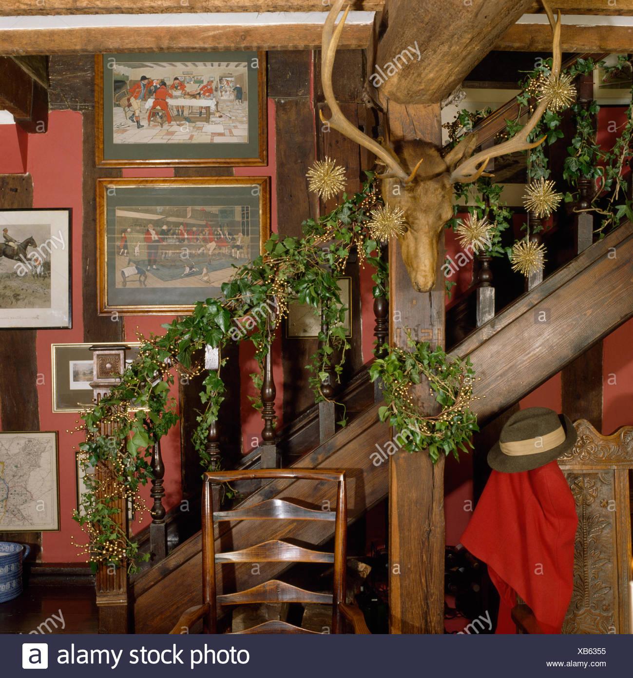 Marvelous Geweihe Und Treppe Mit Frischen Efeu Und Laub Kranz Auf Im Ferienhaus Saal  Dekoriert Für Weihnachten