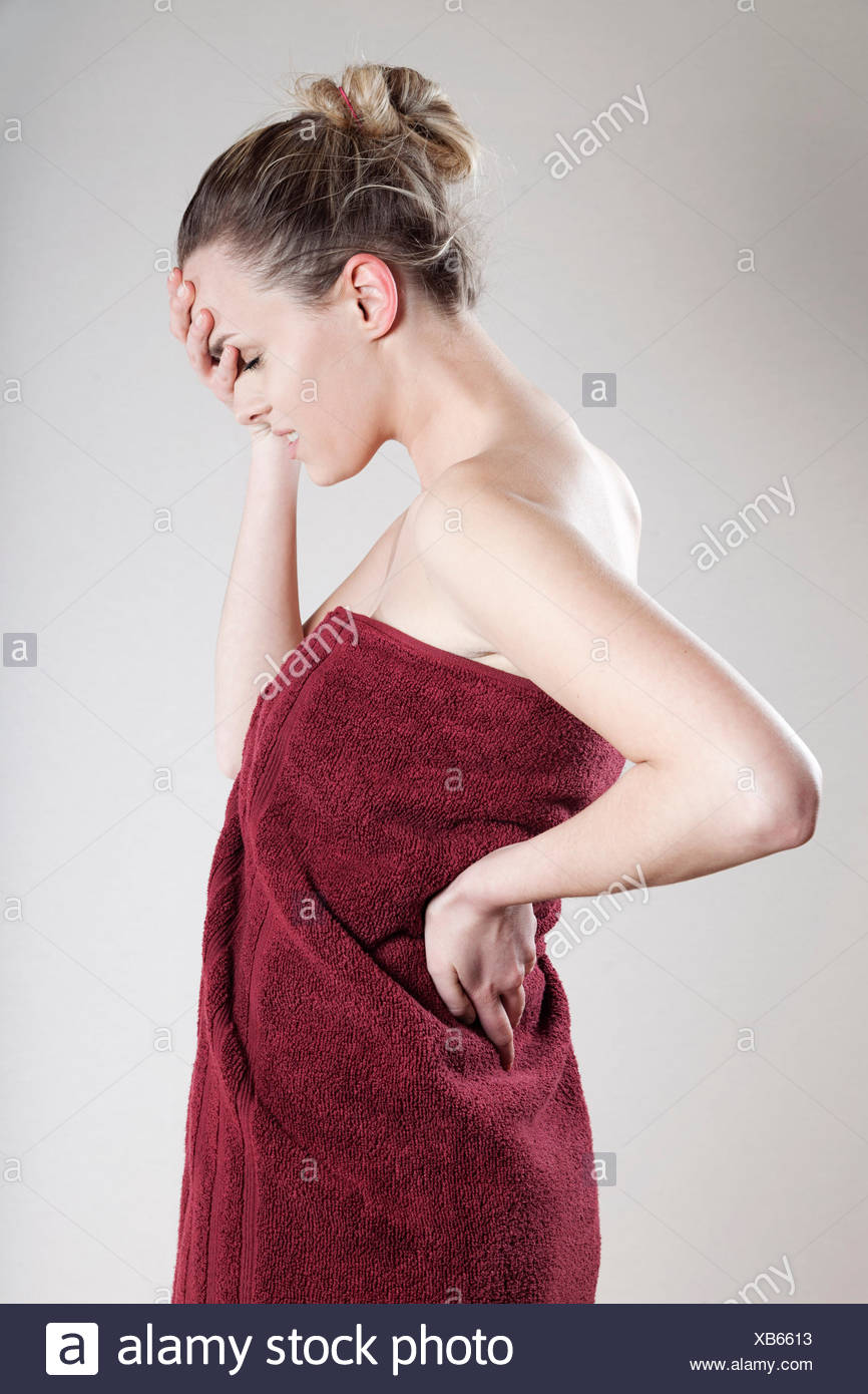 Junge Frau in Handtuch gewickelt Stockbild