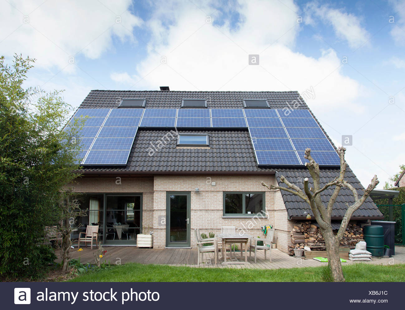 solar panels bungalow roof solar stockfotos solar panels. Black Bedroom Furniture Sets. Home Design Ideas
