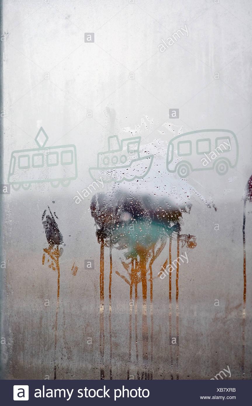 Zeichnungen auf Kondensat Fensterglas Stockbild