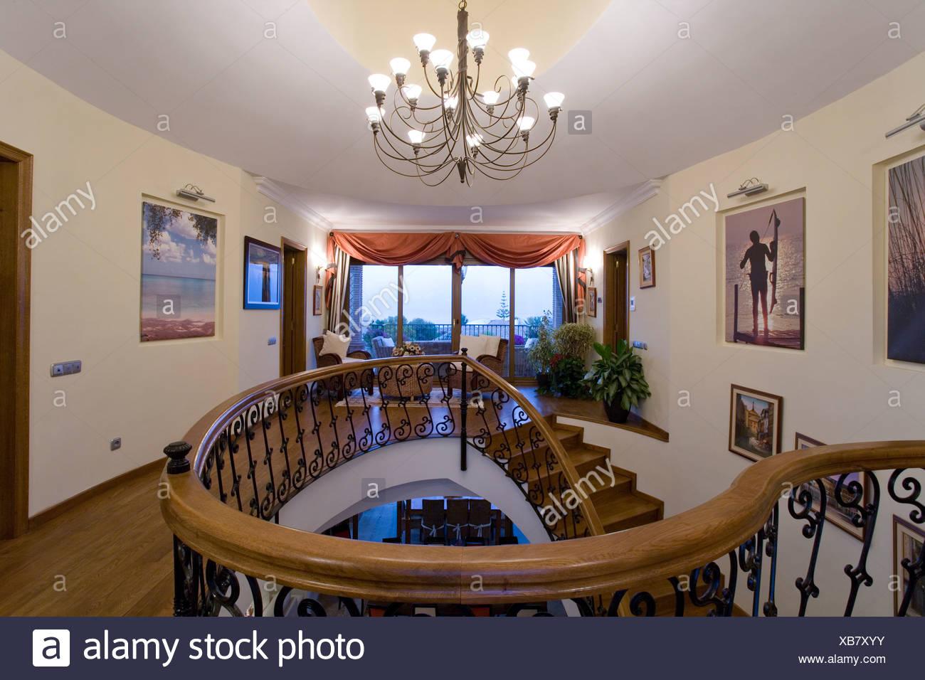 Kronleuchter Treppe ~ Landung mit beleuchteten metall kronleuchter über treppe mit