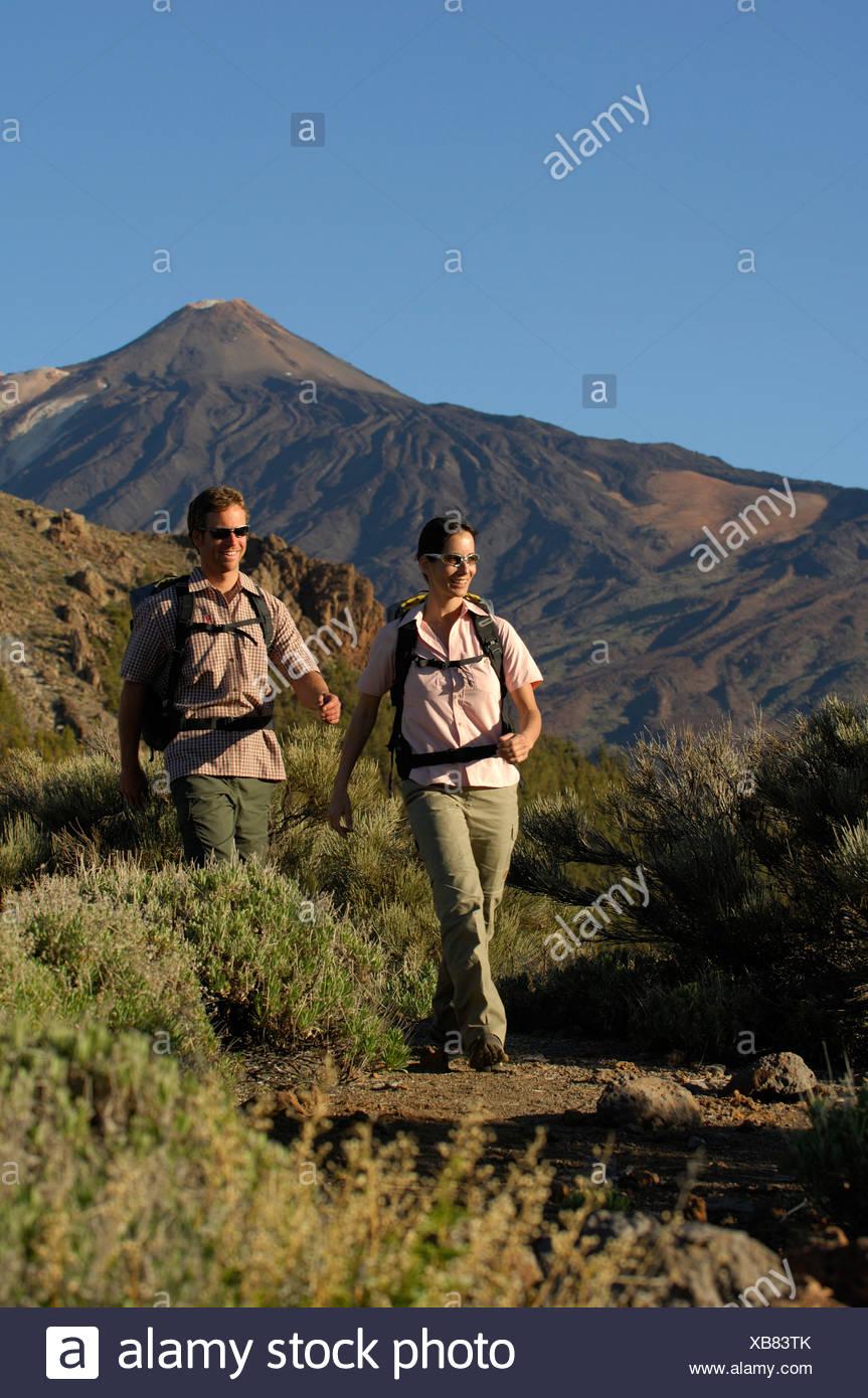 Wanderer vor den Teide, Nationalpark Teide, Teneriffa, Kanarische Inseln, Spanien, Europa Stockbild