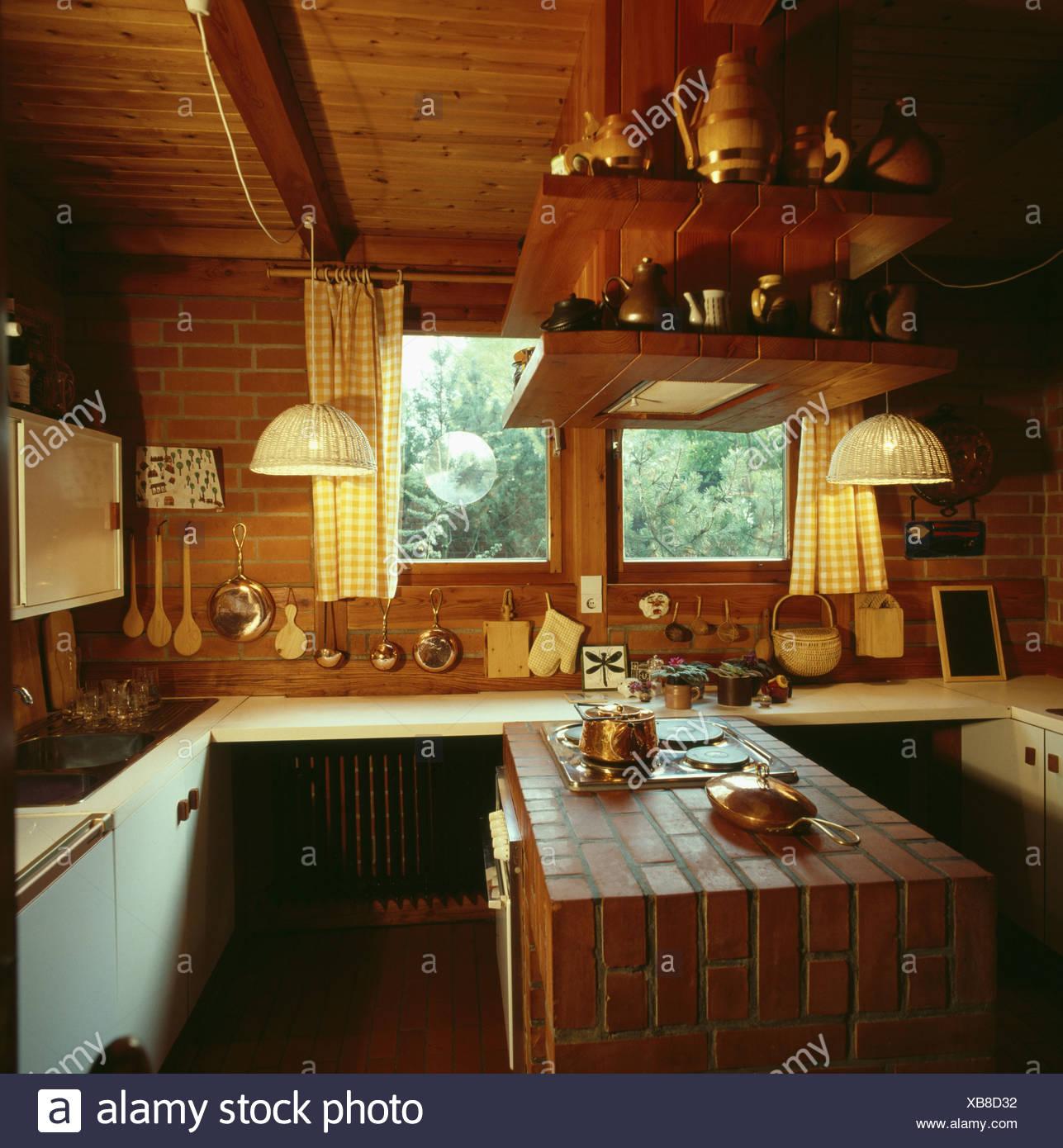 70er Jahre Küche mit hölzernen Decke und Terrakotta ...