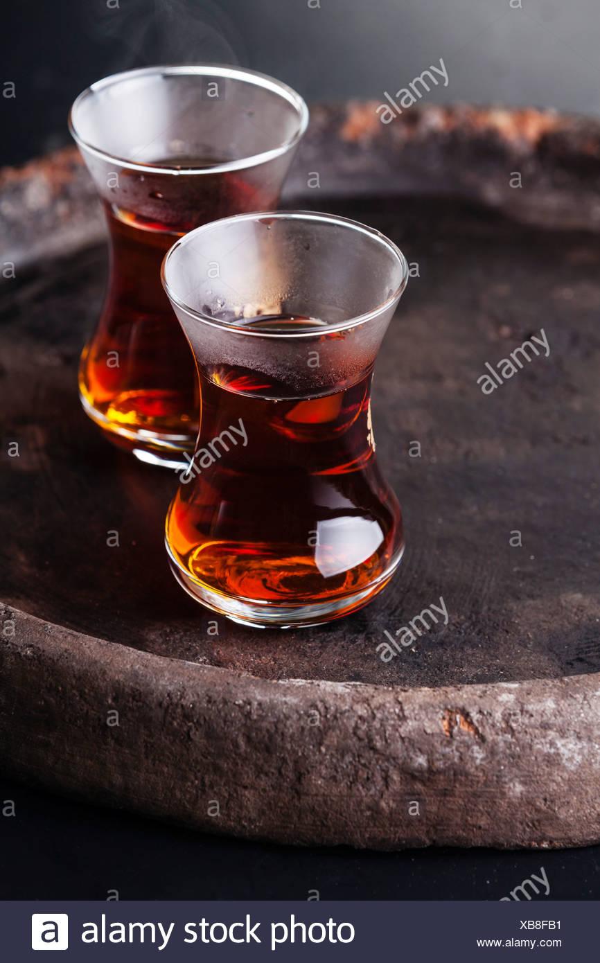 Heißen Tee in die Tasse türkischen Tee auf dunklem Hintergrund Stockbild