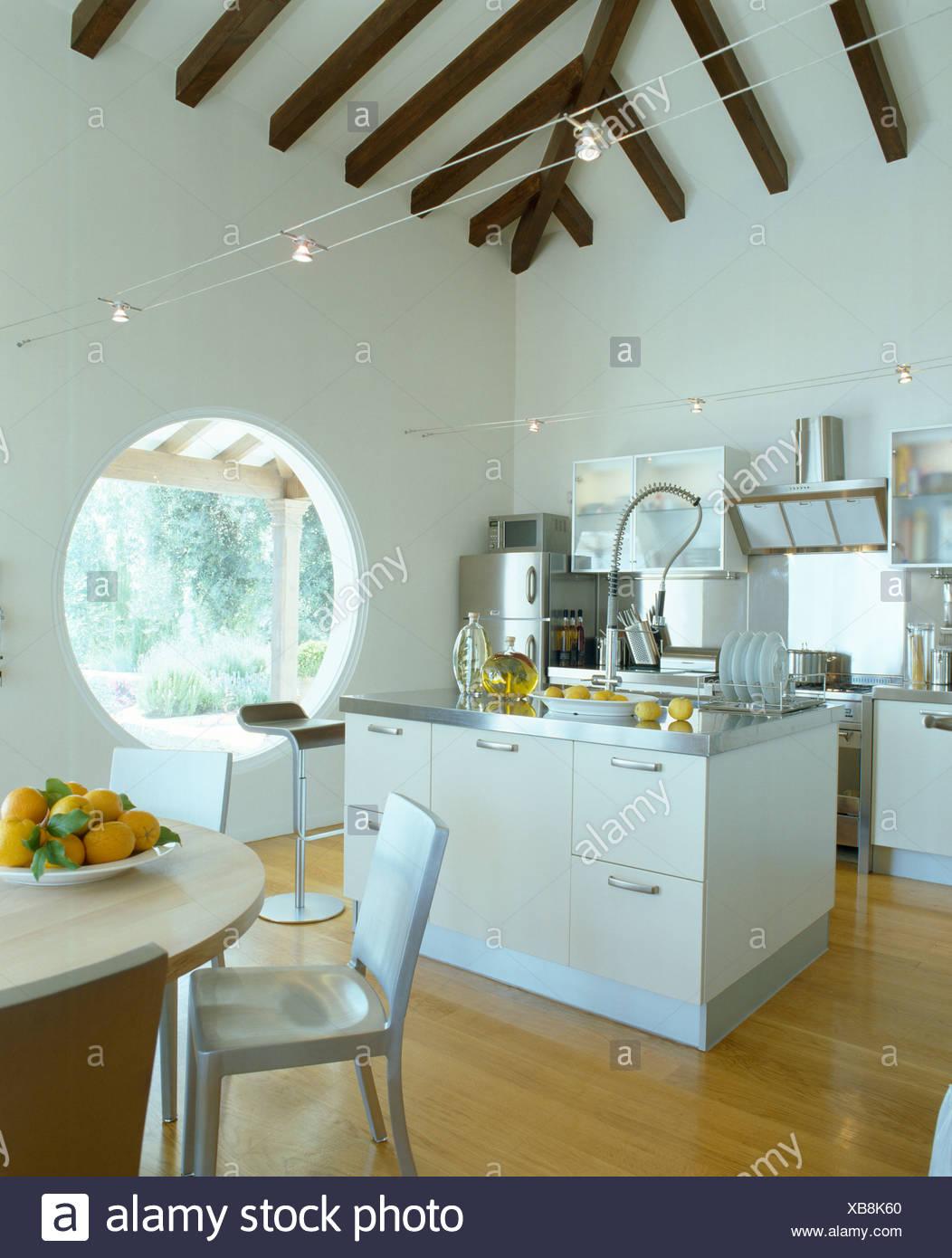 Insel-Einheit in moderne weiße mediterrane Küche Esszimmer ...