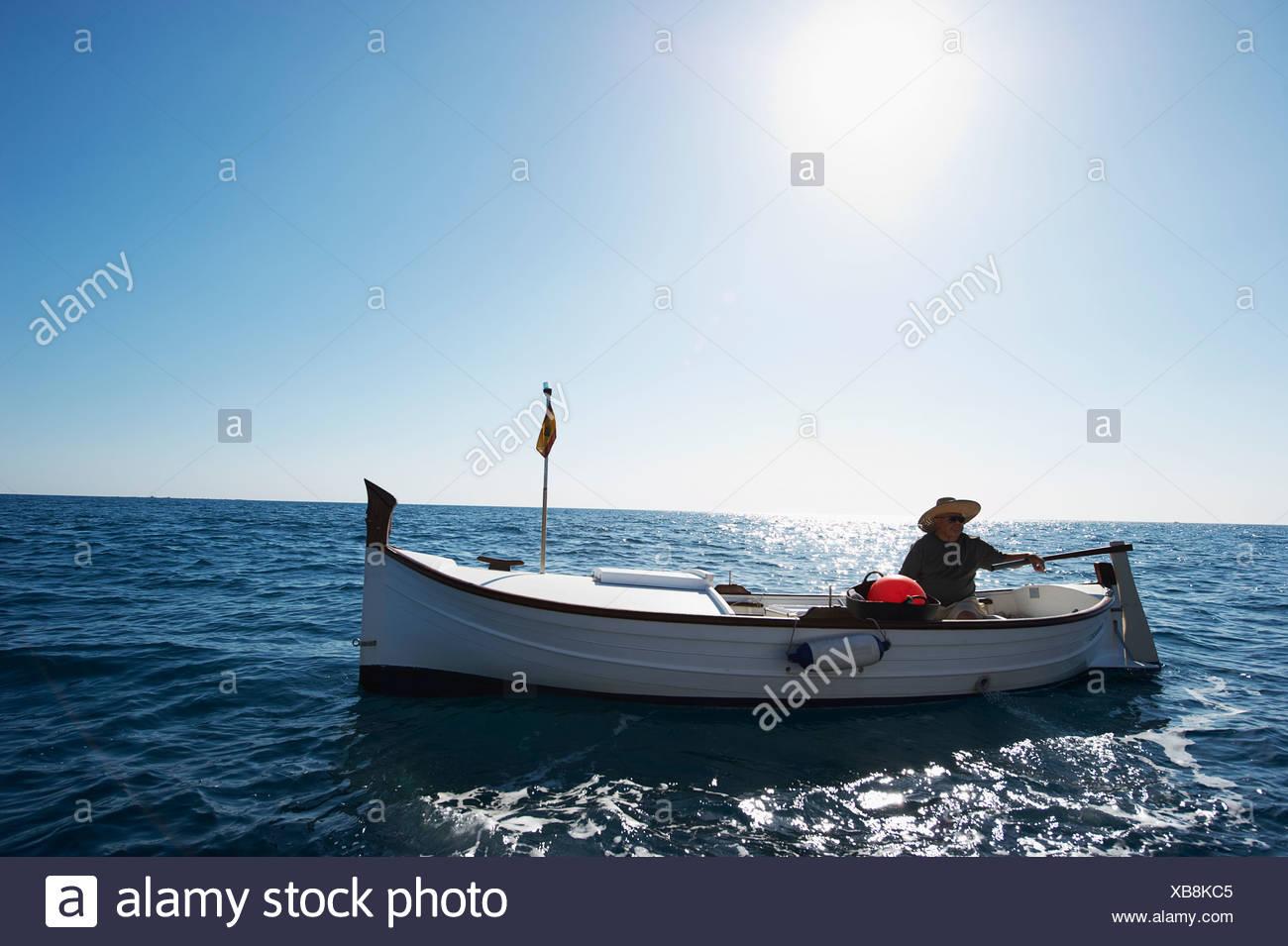 Fischer am Angelboot/Fischerboot auf dem Meer Stockbild