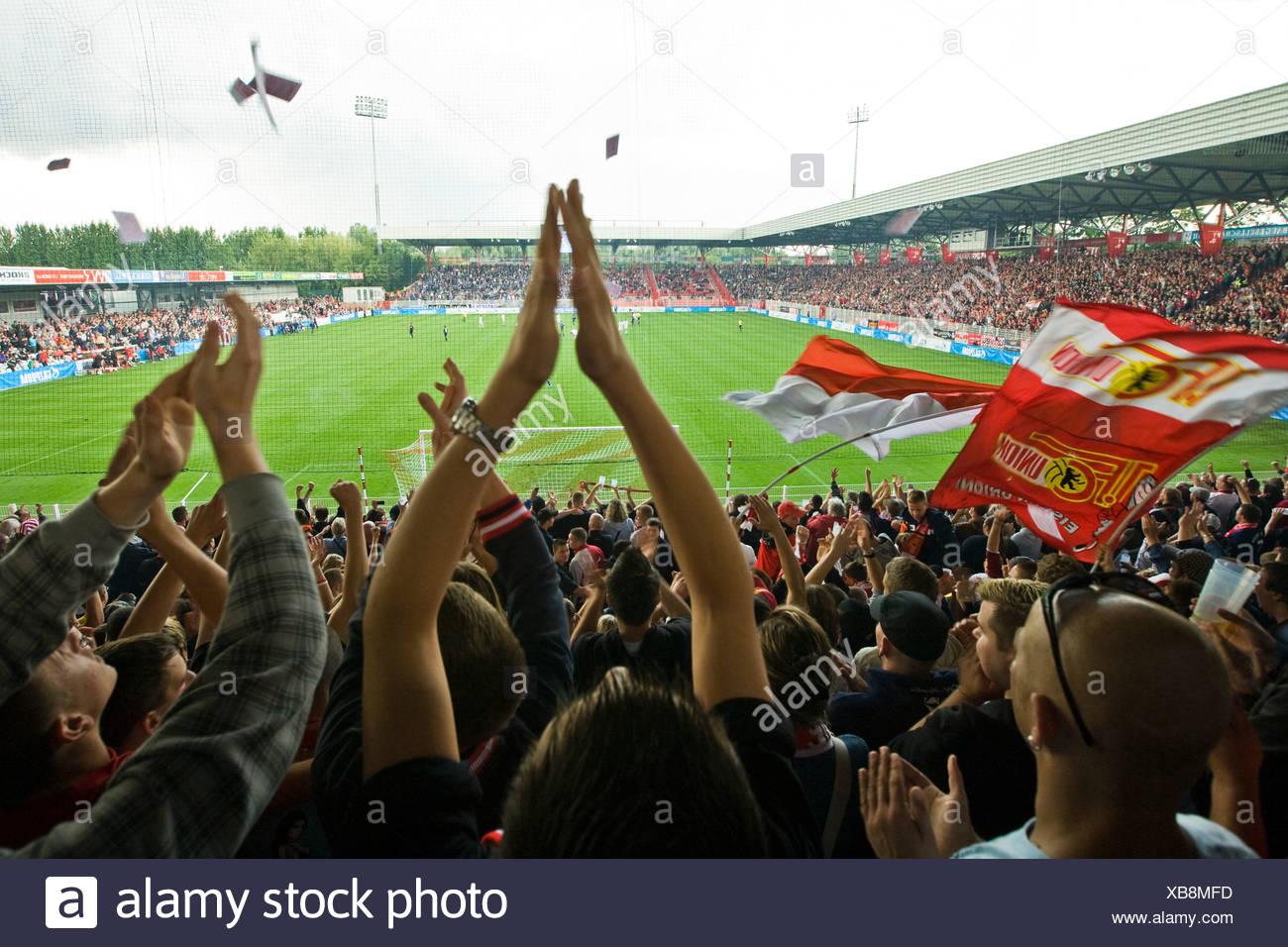 1. FC Union-Fans während eines Spiels gegen FC Schalke 04 in die Alte Foersterei Stadion, Berlin, Deutschland, Europa Stockbild