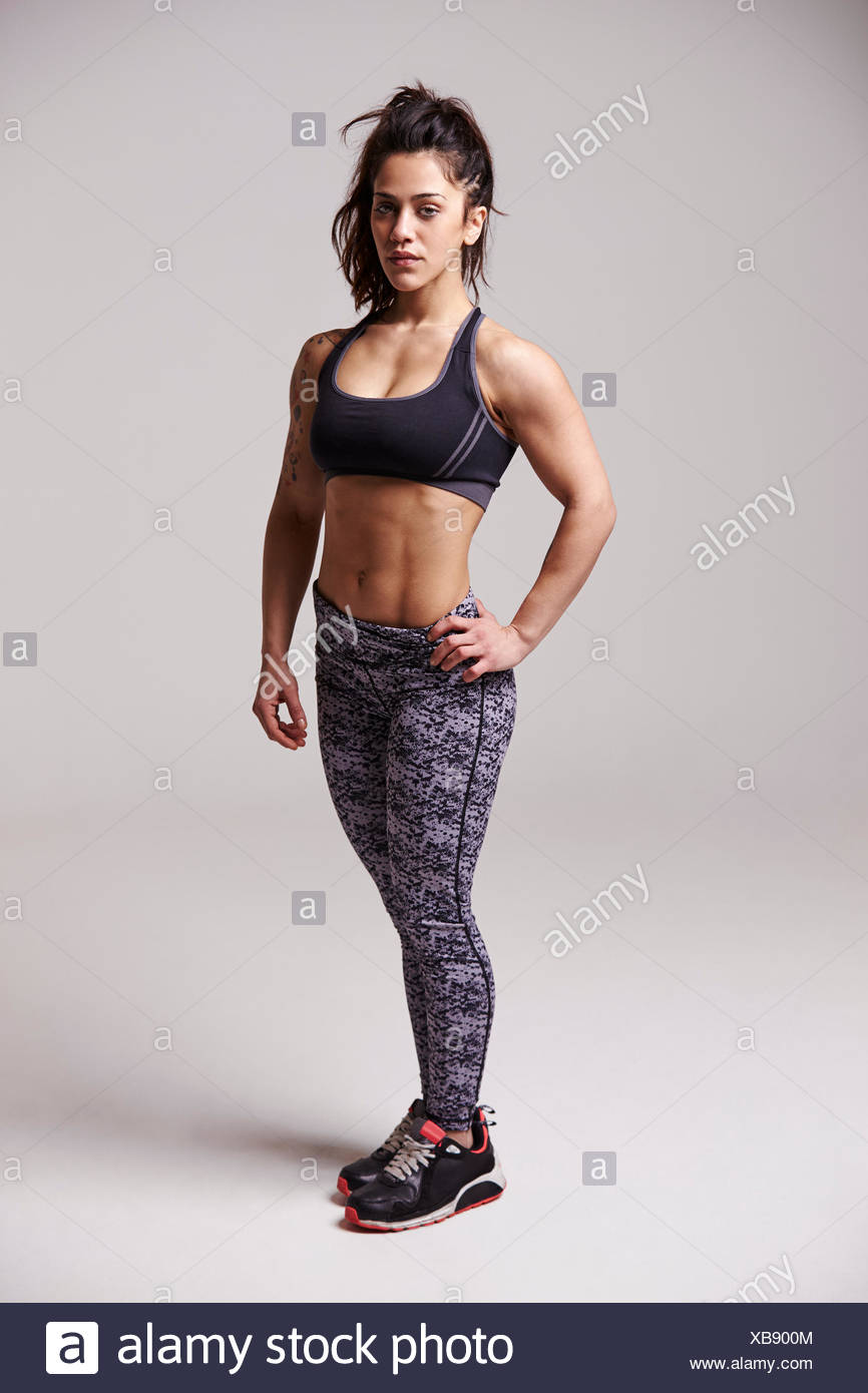 In voller Länge Portrait von muskulös, dunkle dunkelhaarige junge Frau Stockbild