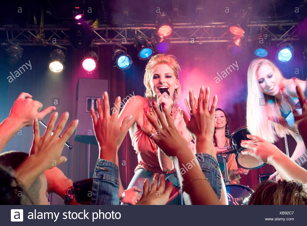 Ein Mädchen pop Gruppe durchführen Stockbild