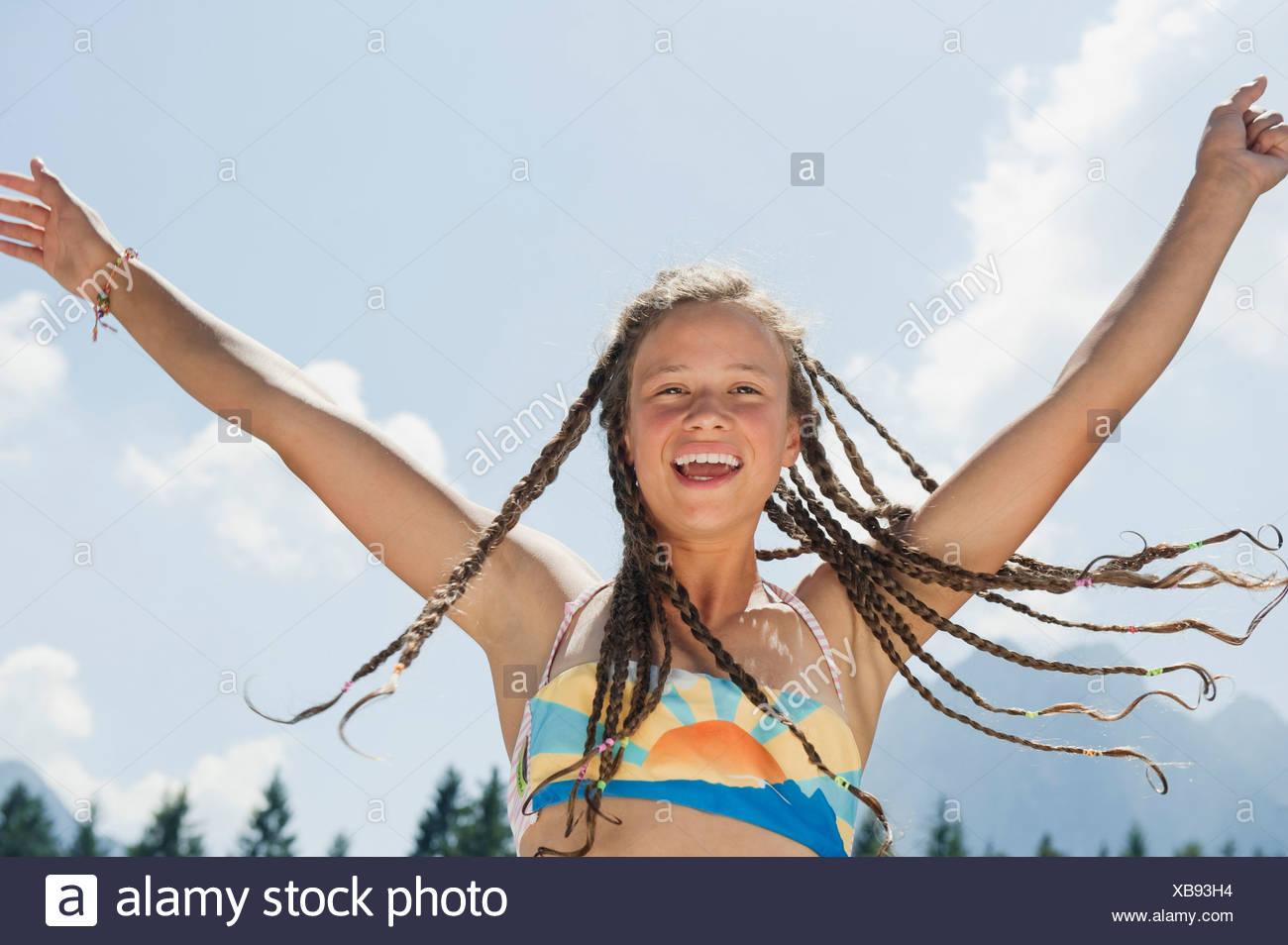 Italien, Südtirol, Mädchen (13-14) mit Dreadlocks, jubeln, Porträt Stockbild